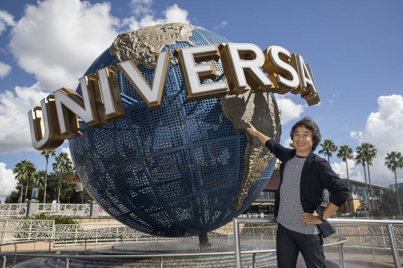 Shigeru Miyamoto, tvůrce Maria, stojí před Universal Orlando Resort. Nintendo-tématické oblasti budou vytvořeny na třech různých místech po světě. © 2016 Universal Studios. All Rights Reserved.