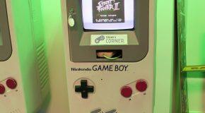 Jeden z nejvýraznějších kousků hned u vstupu je bezpochyby Game Boy stojan